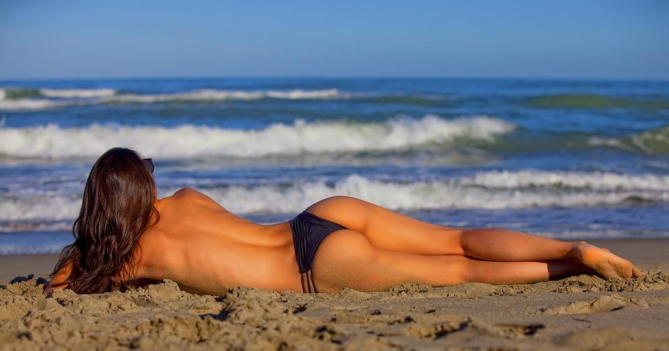 Exercices abdos fessiers femmes pour avoir un corps prêt pour la plage